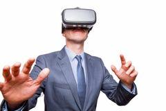 Zakenman in een kostuum die Virtuele Werkelijkheid Beschermende brillen geïsoleerd o dragen Stock Foto