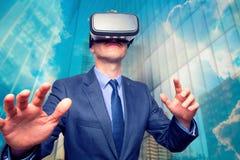 Zakenman in een kostuum die Virtuele Werkelijkheidsbeschermende brillen dragen buiten Royalty-vrije Stock Foto's