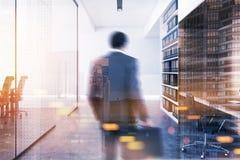 Zakenman in een moderne bureauhal Stock Afbeelding