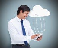 Zakenman een tabletpc houden die verbindend aan wolk gegevensverwerking royalty-vrije stock afbeeldingen