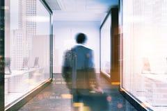 Zakenman in een witte hal van het muurbureau Royalty-vrije Stock Foto