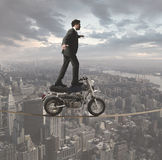 Zakenman en acrobatische uitdagingen royalty-vrije stock foto