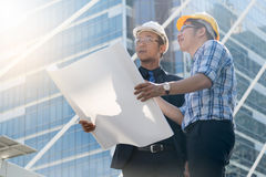 Zakenman en architecten het project van de planningsbouw Stock Afbeeldingen