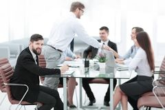 Zakenman en commercieel team die bedrijfskwesties bespreken royalty-vrije stock foto's
