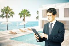 Zakenman en hotelbuitenkant Royalty-vrije Stock Fotografie