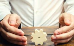 Zakenman en houten toestel Het vestigen van bedrijfsprocessen en mededelingen Ontwikkeling van bedrijven relaties en samenwerking royalty-vrije stock foto