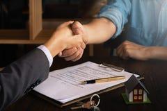 Zakenman en klantenhandenschudden vóór de concessiecontract van de tekenovereenkomst Het bedrijfsvennootschap raadplegen en het v royalty-vrije stock afbeelding