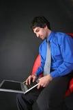 Zakenman en laptop royalty-vrije stock afbeelding
