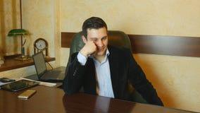 Zakenman en nadenkend in zijn bureau wordt verward dat stock foto