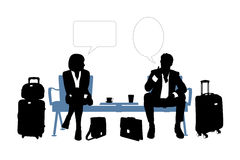 Zakenman en onderneemster die in de luchthavenzitkamer spreken Royalty-vrije Stock Afbeeldingen