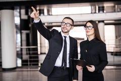 Zakenman en onderneemster die omhoog op bureauachtergrond kijken Royalty-vrije Stock Foto
