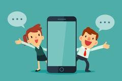 Zakenman en onderneemsters die naast slimme telefoon spreken Royalty-vrije Stock Fotografie