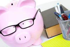 Zakenman en spaarvarken Stock Fotografie