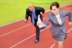 Zakenman en vrouw bij het lopen op rasspoor Royalty-vrije Stock Afbeelding