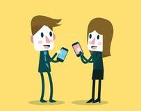 Zakenman en vrouw die en gegevens met smartphone delen ruilen Stock Afbeeldingen