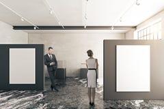 Zakenman en vrouw in galerij Stock Afbeelding