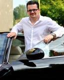 Zakenman en zijn zwarte luxeauto Stock Foto