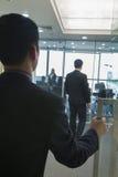 Zakenman Entering een Bureau royalty-vrije stock afbeeldingen