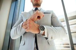 Zakenman Fixing Cufflinks zijn Kostuum royalty-vrije stock foto
