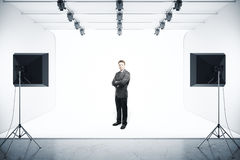 Zakenman in fotostudio Royalty-vrije Stock Afbeeldingen