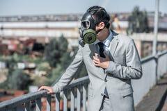 zakenman in gasmasker die probleem met ademhaling op bruglucht hebben royalty-vrije stock afbeeldingen