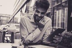 Zakenman gebruikend digitale tablet en lezend document royalty-vrije stock foto's