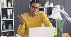 Zakenman gebruikend laptop en op de proppen komend met een briljant idee stock footage