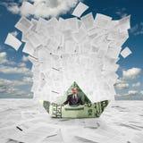 Zakenman in geldboot onder golf van documenten Royalty-vrije Stock Afbeelding
