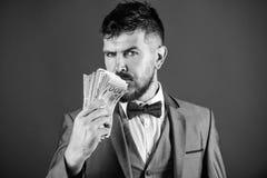 Zakenman geworden contant geldgeld Rijkdom en welzijnsconcept Krijg contant geldgeld gemakkelijk en snel geur van geld Gemakkelij stock afbeeldingen
