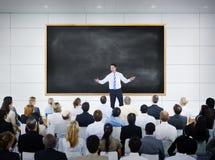 Zakenman Giving Presentation in Raadszaal stock foto