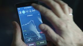 Zakenman handel bitcoin munt wat telefoneren stock video