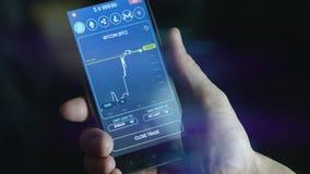 Zakenman handel bitcoin munt wat telefoneren stock footage