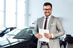 Zakenman in het autohandel drijven - verkoop van voertuigen aan klanten stock fotografie