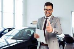 Zakenman in het autohandel drijven - verkoop van voertuigen aan klanten royalty-vrije stock foto