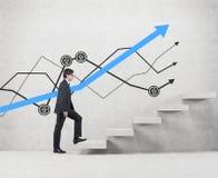 Zakenman het clambing op ladder Royalty-vrije Stock Afbeelding