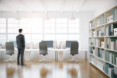 Zakenman in het coworking van bureaubinnenland Stock Afbeeldingen