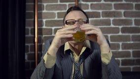 Zakenman het drinken alcohol binnen met bakstenen muur stock videobeelden