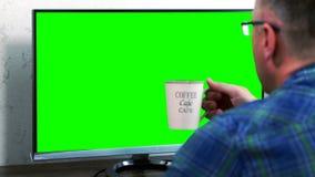Zakenman het drinken van een grote mok koffie stock videobeelden