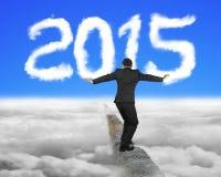 Zakenman het in evenwicht brengen op concrete rand met wit de vormcl van 2015 Stock Foto's