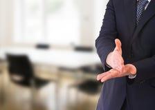 Zakenman het gesturing met beide handen. Royalty-vrije Stock Foto's