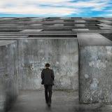 Zakenman het lopen gaat het reusachtige labyrint met blauwe hemelwolken in royalty-vrije stock foto