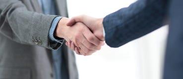 Zakenman het schudden de handen om te verzegelen behandelen zijn partner stock foto's
