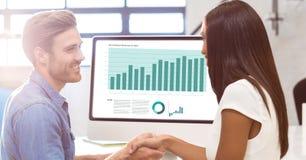 Zakenman het schudden hand met collega voor succes van presentatie op monitor Royalty-vrije Stock Afbeelding