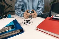 Zakenman het spelen met hommelstuk speelgoed om Spanning op het Werk te verlichten Royalty-vrije Stock Foto's