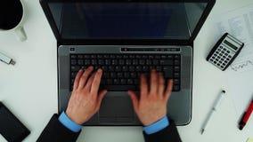 Zakenman het typen op laptop stock videobeelden