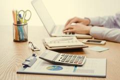 Zakenman het typen op laptop bij de werkplaats Aziatische mens die in o werken Stock Foto