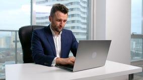 Zakenman het typen op laptop in bureau stock videobeelden
