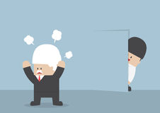 Zakenman het verbergen van boze werkgever achter de muur zoals een ninja Royalty-vrije Stock Afbeelding