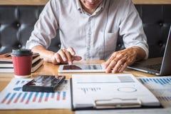 Zakenman het werk het investeringsproject op laptop computer met rapportdocument en analyseert, berekenend financi?le gegevens ov royalty-vrije stock afbeelding