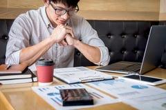 Zakenman het werk het investeringsproject op laptop computer met rapportdocument en analyseert, berekenend financi?le gegevens ov stock fotografie